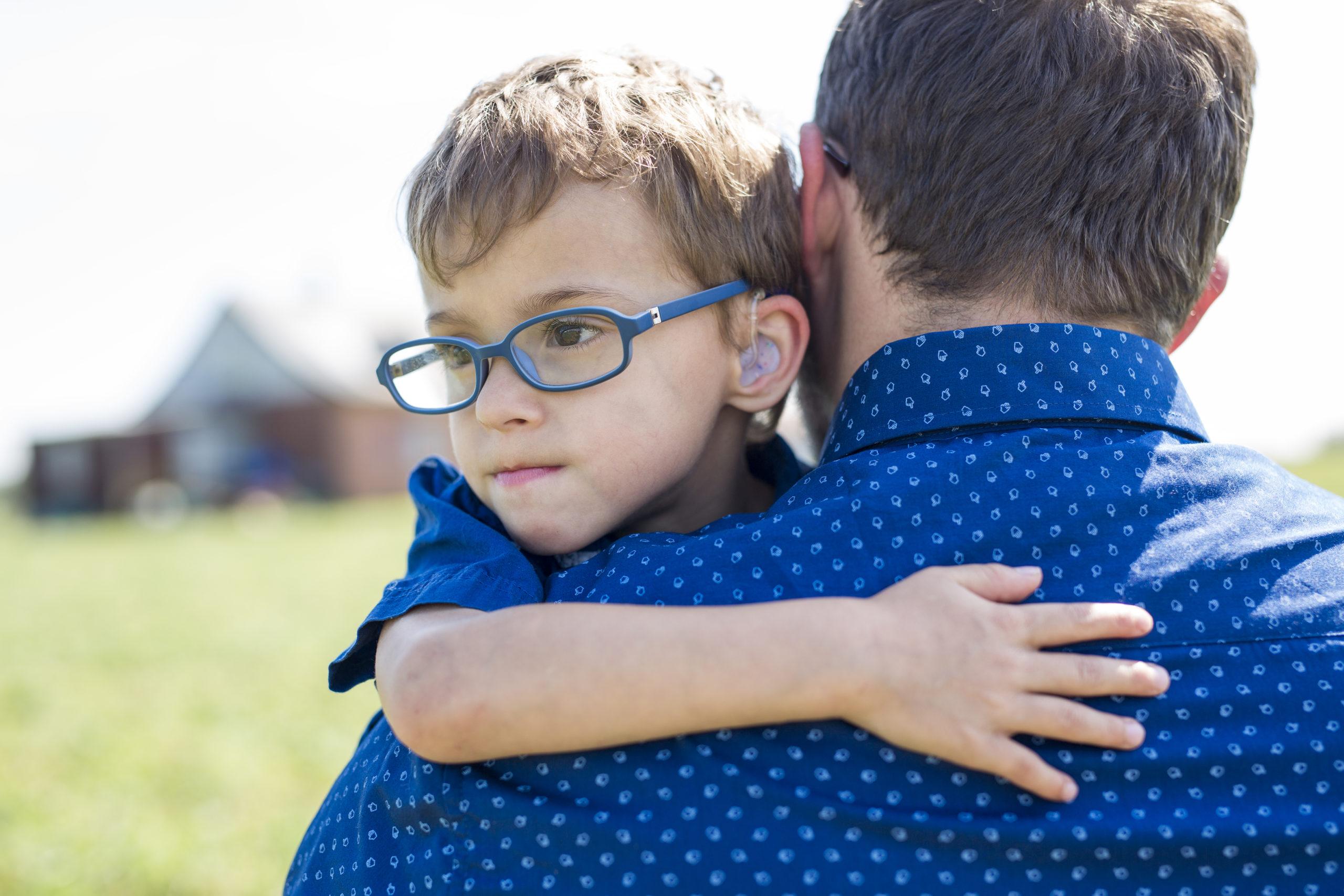 petit garçon dans les bras de son père