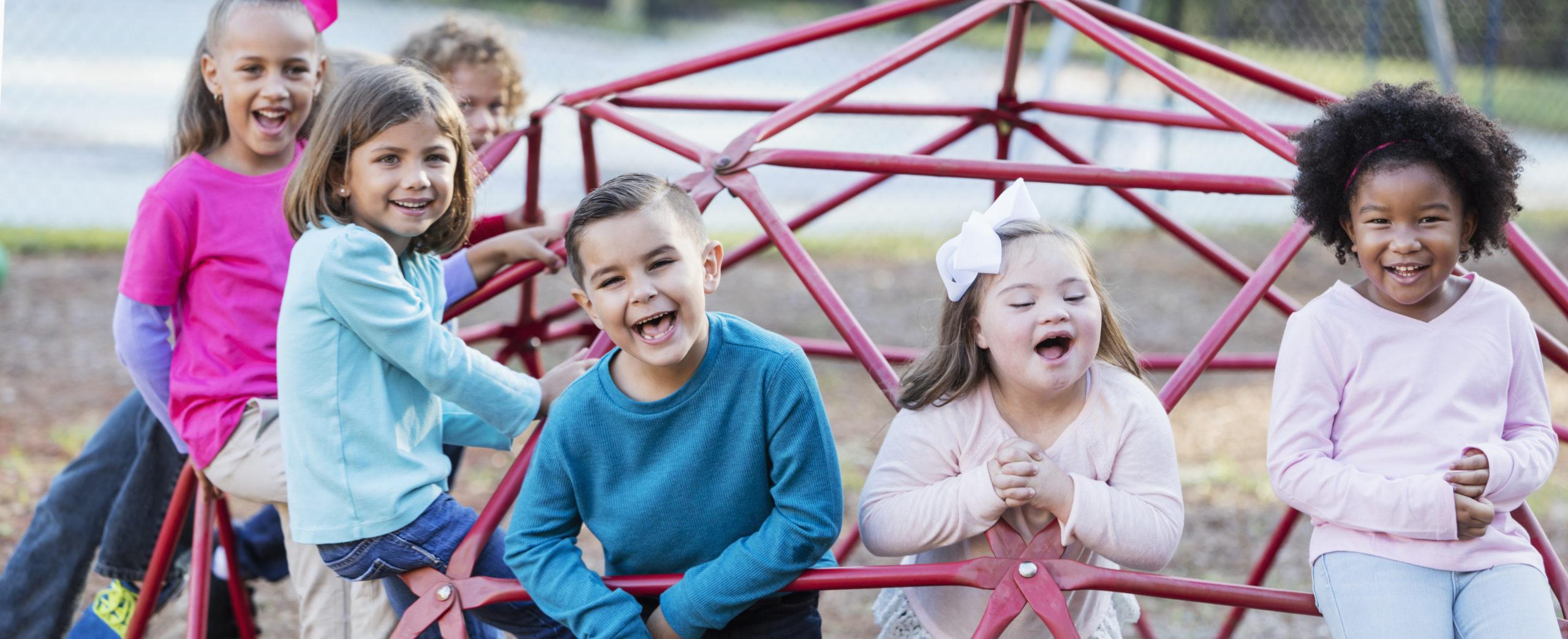 enfants dans structure de jeux